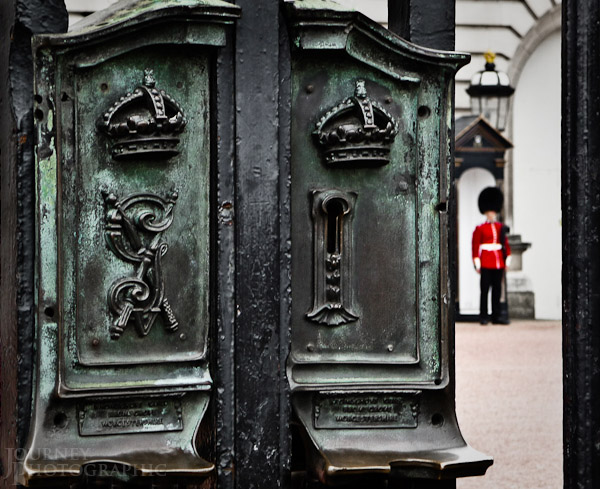 Picture of the lock and guard on the gates of Buckingham Palace, London