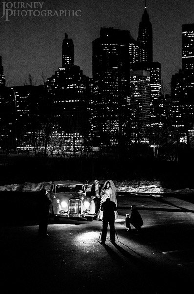 Black and white picture of couple having wedding photos in front of Manhattan Skyline, New York
